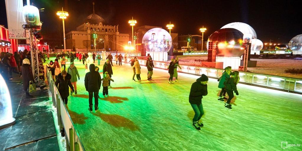 Катки, лыжные трассы и ледяные горки в Москве ждут посетителей