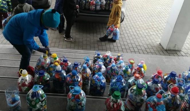 Пятьсот контейнеров с «добрыми» крышечками собрали учащиеся школы №1474